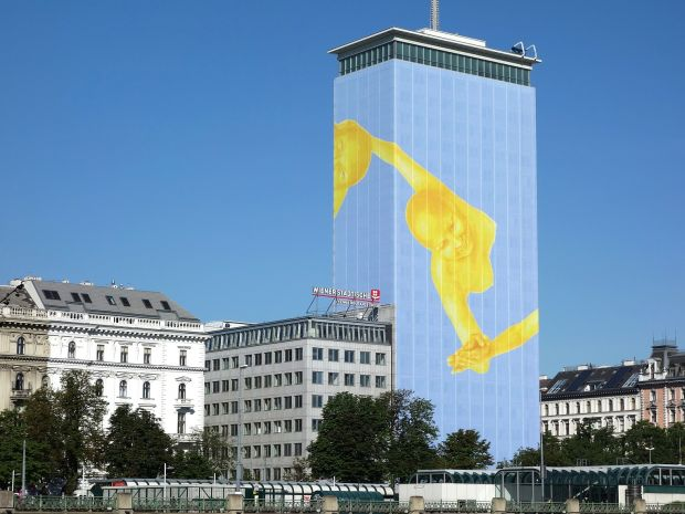 Erster Kunde der Movelight-Projektion am News Tower ist Pernot Ricard Austria für Absolut Vodka.©movelight