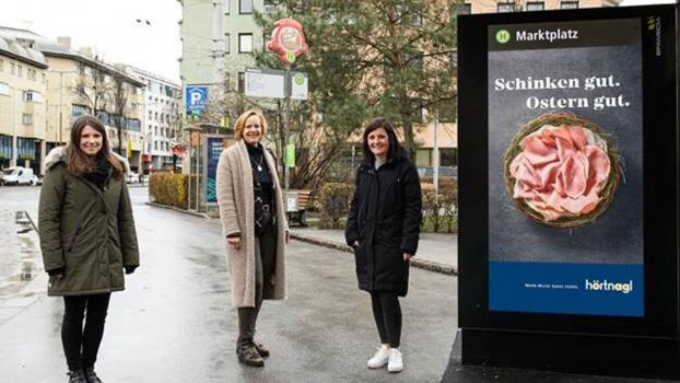 Valentina Gattringer, Marketing Managerin Hörtnagl, Brigitte Huber, Regionalleiterin Tirol Epamedia, Stefanie Graber, Project Management Factor, vor digitalem Citylight in Innsbruck. (v.l.)